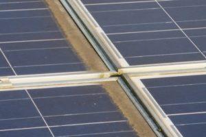 Schmutz an den Leisten der Solaranlage