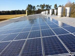 Blick auf spiegelnde Photovoltaikanlage