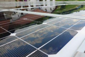 sich spiegelnde Wolken in einer sauberen Solaranlage