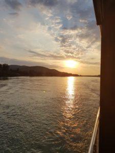 Sonnenuntergang von der Reeling aus gesehen