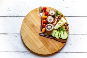 Nahrung auf einem runden Holzbrett
