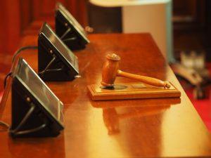 Richtertisch mit Hammer und Lausprechern