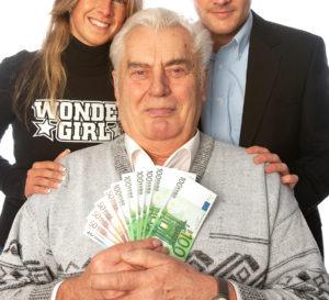 älterer Mann mit Geldscheinen in der Hand