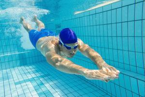 ein Taucher im Schwimmbad