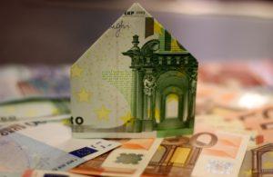 aus Geldschein gebautes Haus