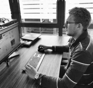 Mann vor einem Computer