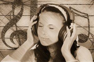 junge Frau hört über Kopfhörer