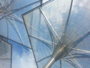 futuristisches Dach aus Plexiglas und Metall