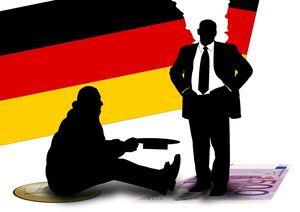 ein Bettler vor der Deutschlandflagge