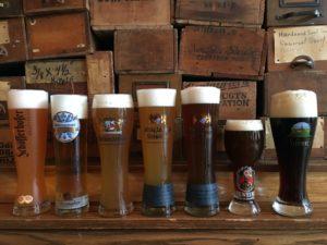 eine Reihe von Biergläsern gefüllt mit Lagerbier