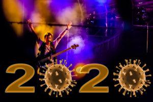 Musiker auf Bühne - 2020 mit Coronaviren