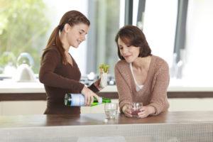 Trinkpause Frau und Mädchen