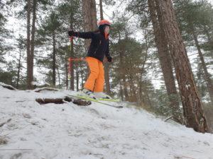 Skifahrerin im Wald
