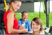 Während die steigende Zahl an Senioren und neue Zielgruppen die Reisebusse füllen, könnte der Platz des Busfahrers künftig immer häufiger unbesetzt bleiben