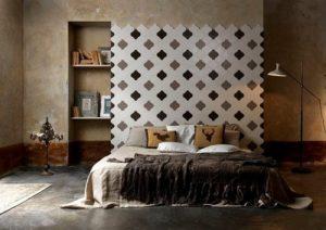 Bett vor einer gefliesten Wand