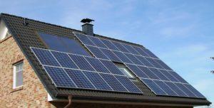 Solarpanele auf einer Dachfläche