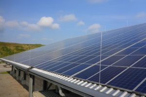 Blick von oben seitlich auf eine Photovoltaikanlage