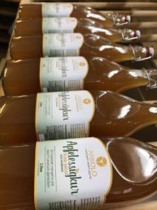 liegende Apfelessigflaschen