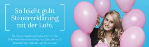 Frau in einem Kreis aus rosa Ballons vor blauem Hintergrund