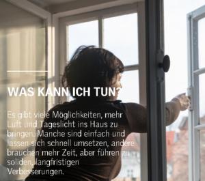Frau öffnez ein Fenster