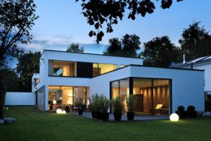 Villa im Bauhausstil mit großen Fensterflächen