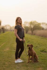 Miriam Wichmann mit Ihrem Hund auf einer Wiese