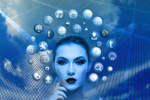 virtuelle Frau mit Appsymbolen um ihren Kopf