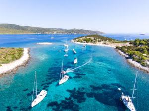 Bild von ankernden Booten auf türkisblauem Wasser