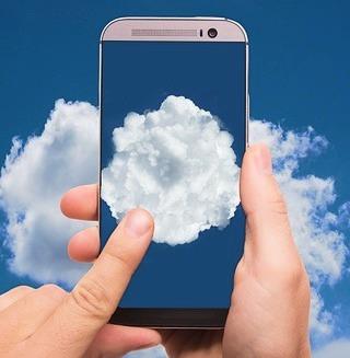 Eine Wolke (Cloud) im Display eines Smartphones