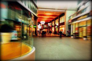 verschwommener Blick in eine Shopping-Mall