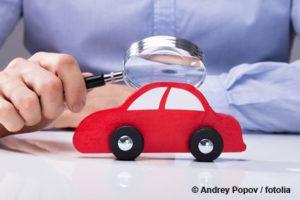 Spielzeugauto unter einer Lupe