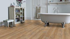 Badezimmer mit Bodenbelag in Holzoptik