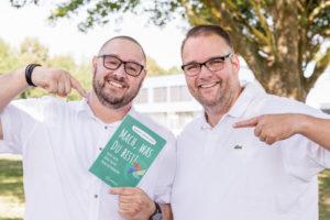 die beiden Buchautoren mit Ihrem Wer in der Hand