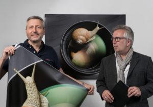 die beiden Fotografen mit einer künstlichen Riesenschnecke beim shooting