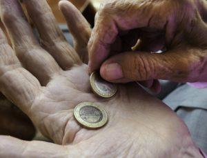 Münzen in geöffneter Hand