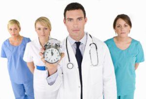 ein Arzt hält eine Stoppuhr in der Hand