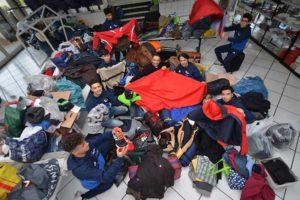 junge Menschen sortieren warme Kleidung und Decken