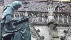 eine Statue vor einem Bauwerk