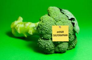 "Brokkoli in Nahaufnahme mit Zettel ""enthält Sulforaphan"""