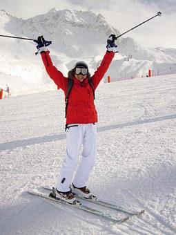 Jubelnder Skifahrer