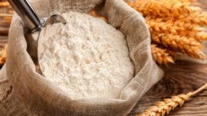 Kelle in einem Jutesack voll Mehl