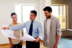 Drei Personen schauen sich einen Plan an