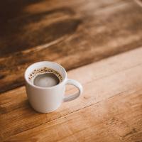 schwarzer Kaffee im Becher