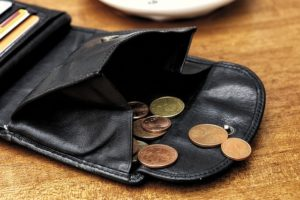 offene Geldbörse mit Kupfermünzen