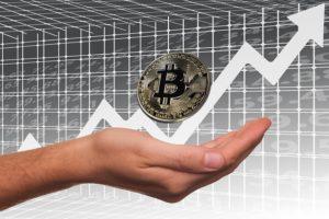 Hand unter schwebendem Bitcoin