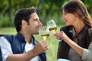 ein Paar stößt mit einem Glas Wein an