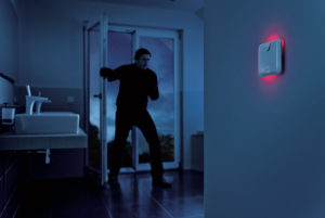 Einbrecher in dre Dunkelheit löst Alarm aus