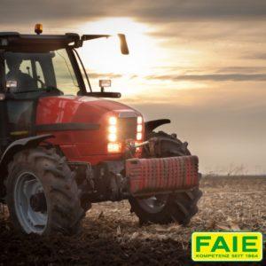Traktor im Sonnenuntergang