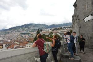 eine Gruppe schaut von einer Burg über ein Tal