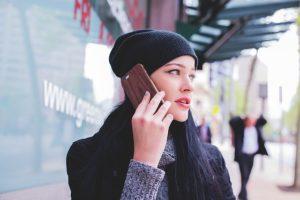 junge Frau mit telefoniert mit ihrem Smartphone